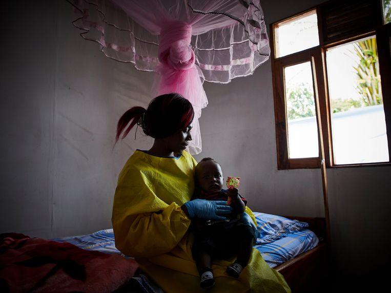 Anita Kambala, een medewerkster van Unicef, werkt in een opvangcentrum voor kinderen van wie de ouders besmet raakten met ebola.