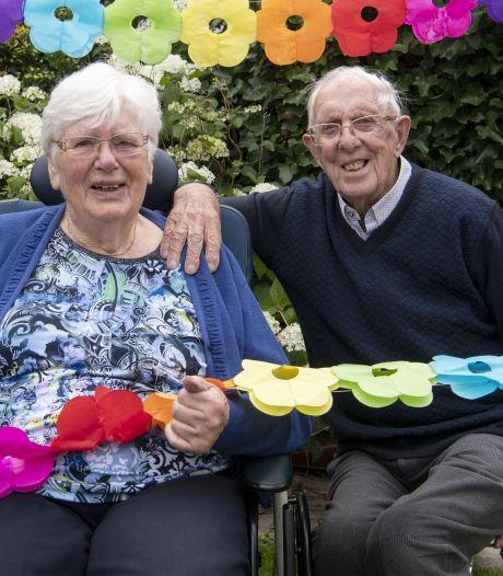 Feest voor echtpaar uit Hengelo dat na 65 jaar huwelijk 'scheidt'