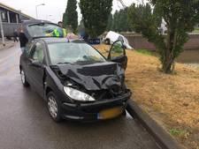 Auto rijdt bijna in het water na ongeval aan de Grenssteen in Breda