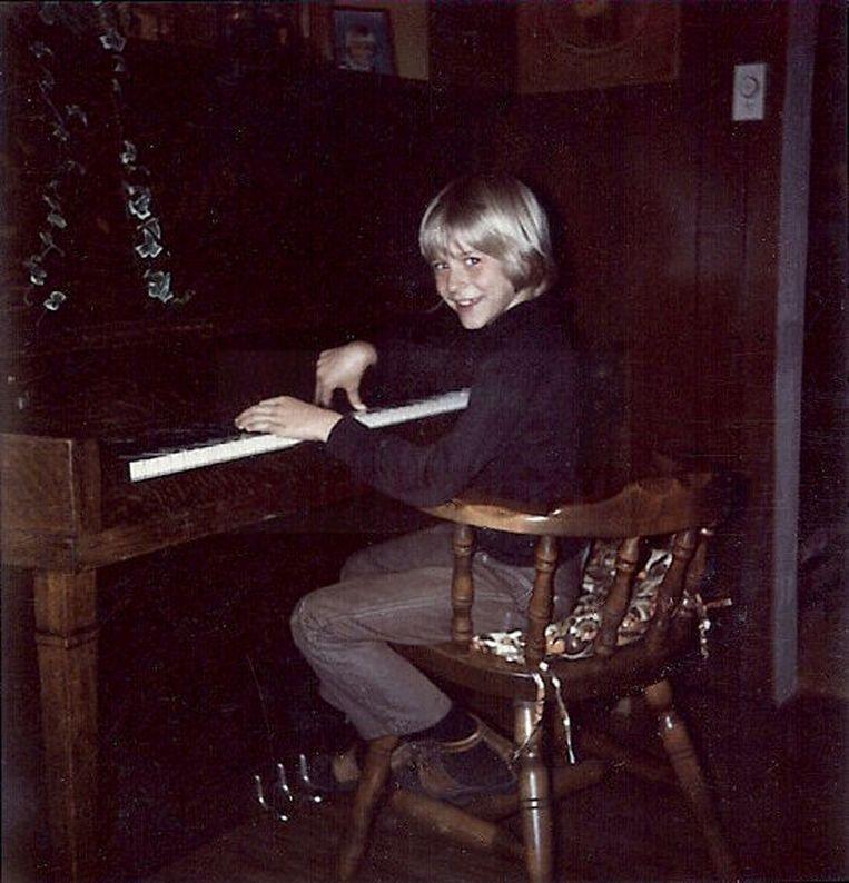 Een jonge Kurt Cobain speelt piano. Beeld ap