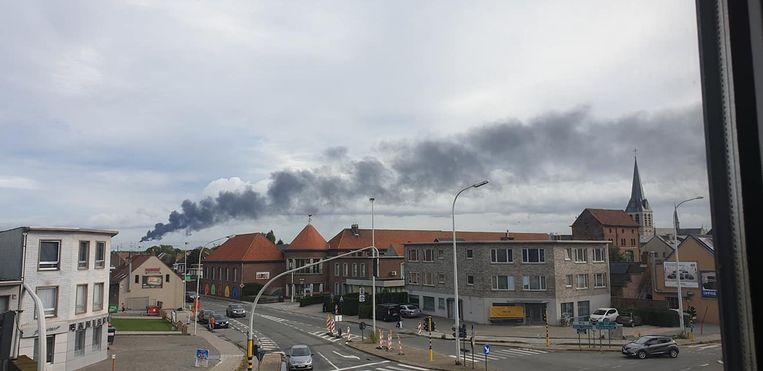 Boven Melsele was de rookpluim van kilometersver te zien.