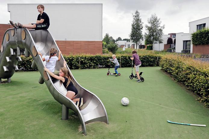 Kinderen leven zich uit in een speeltuin in de Piekenhoef.