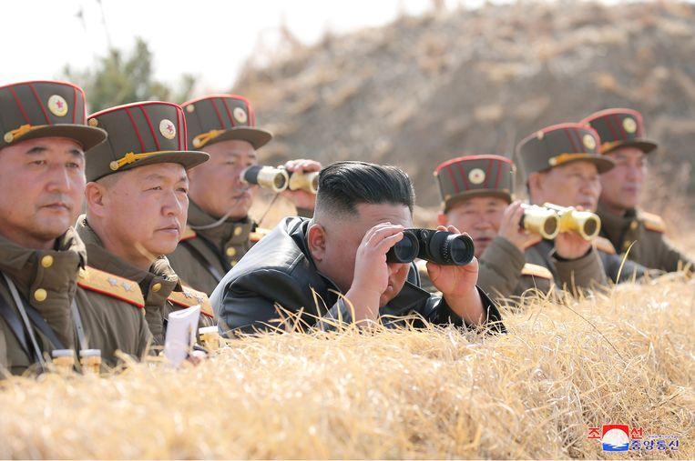 De Noord-Koreaanse leider Kim Jong Un tijdens een artilleriewedstrijd, beeld vandaag vrijgegeven door het Korean Central News Agency (KCNA).