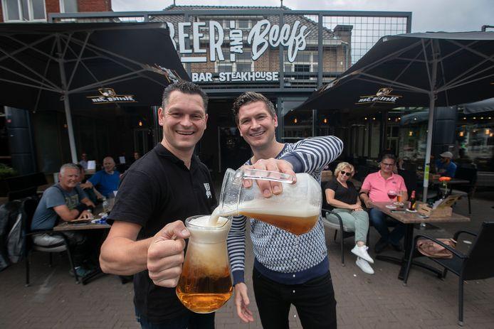 Jeroen en Erik (L) van Oosterhout bij hun zaak in Valkenswaard, waar de twee na een jaar vertrekken.