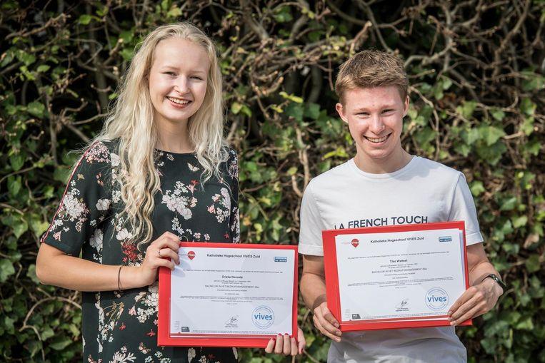 Drieke Desoete en Tibo Watteel met hun diploma's.