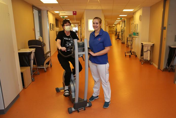 Fysiotherapeut Emily Klooster van het Deventer Ziekenhuis leidt het project Kom in beweging, dat patiënten hun bed uit moet lokken om meer in beweging te komen. Het ziekenhuis heeft onder andere nieuwe fitnessapparaten aangeschaft.