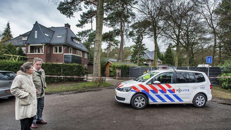 Het huis van Els Borst (midden) is met schermen afgezet door de politie. Beeld Raymond Rutting