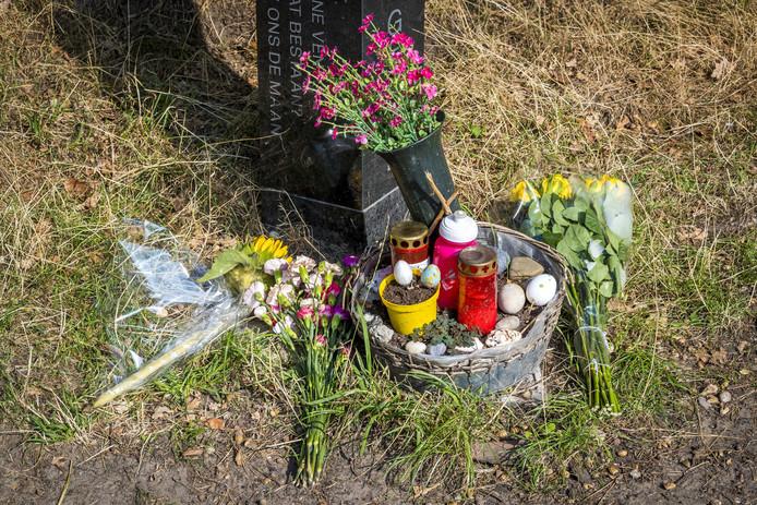 Mensen leggen na het nieuws over de DNA-match met verdachte Jos Brech, woensdag,  bloemen bij het monumentje voor Nicky Verstappen op de Brunssummerheide.