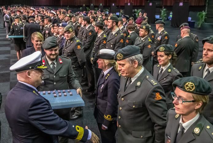 Vierhonderd militairen kregen in de IJsselhallen hun eremedaille uitgereikt vanwege hun buitenlandse missies.