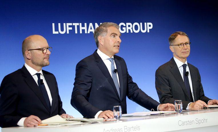 Financieel directeur van Lufthansa Ulrik Svensson (r) en CEO Carsten Spohr (midden).