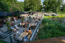 Het terras van de Dukes aan het water in het Zuiderpark.