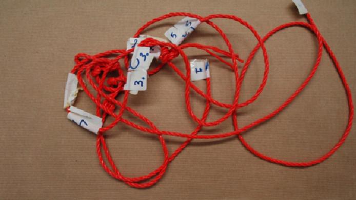 Het touw waarop de sporen zijn gevonden.