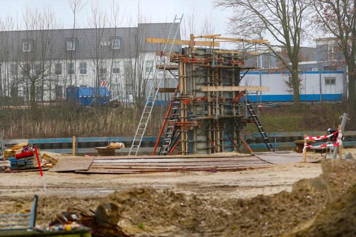 Het werk aan de voetgangers- en fietsersbrug over het Wilhelminakanaal in Oirschot.