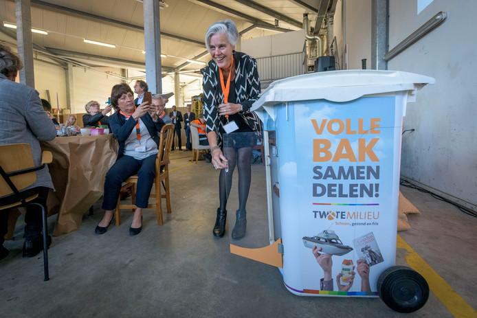 Gedeputeerde Annemieke Traag van de provincie Overijssel plaats een boek in de eerste  deelcontainer.