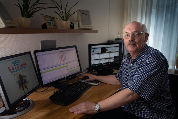 Willem Keekstra uit Emmeloord is een eigen radiostation begonnen, online te beluisteren en via een app.