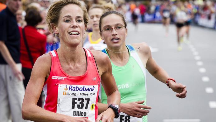 Kim Dillen (links) in actie bij de Tilburg Ten Miles