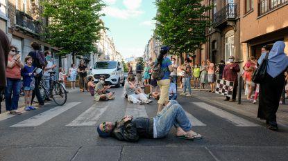 In beeld: Honderdtal mensen voeren actie voor veiliger verkeer na aanrijding kind (2)