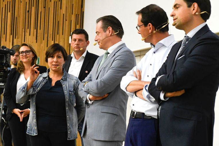 Zes partijvoorzitters op een rijtje. Gwendolyn Rutten, Meyrem Almaci,  John Crombez, Bart De Wever, Wouter Beke en Tom Van Grieken.