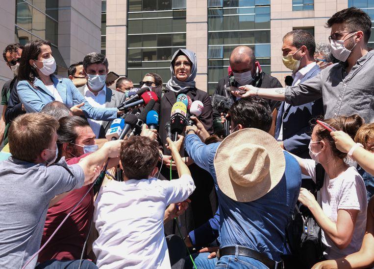 De verloofde van de vermoorde Jamal Khashoggi spreekt met de pers na de eerste dag van het proces in Turkije. Beeld EPA