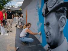 Kunstenaars schilderen naoorlogse iconen bij station Arnhem
