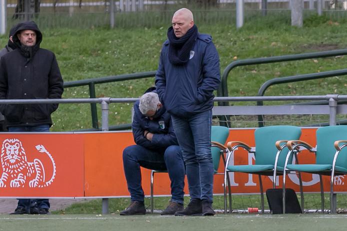 """Pieter Mulders (rechts) meent dat de slechte resultaten van VVOG, dat voorlaatste staat in de derde divisie, niet de reden zijn van zijn ontslag bij de Harderwijkse club: ,,Er hebben wat dingen plaatsgevonden met het bestuur. Daar wil ik het bij laten."""""""