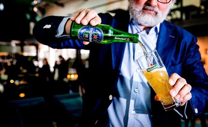 Een glas wordt in 2017 geschonken bij de lancering van Heineken 0.0, het eerste eigen alcoholvrije bier van de Nederlandse biermagnaat.