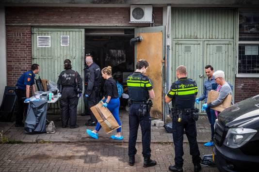De politie doet onderzoek bij een drugslab in een bedrijfspand in Geldrop. Het laboratorium werd ontdekt nadat een er een dode man op straat gevonden werd.