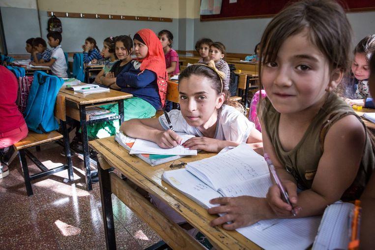 'In de hoogste klassen heb ik daarom bijna uitsluitend meisjes.' - Sakir, leider Syrische afdeling op de basisschool. Beeld Cigdem Yuksel