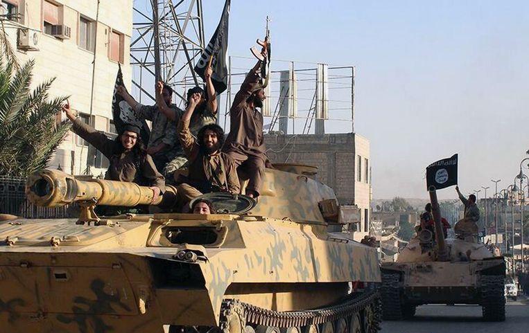 Strijders van de beweging Islamitische Staat, in Raqqa, Syrië. Beeld ap