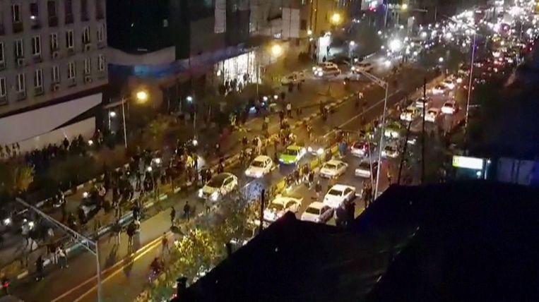 Mensen op straat in de Iraanse hoofdstad Teheran.