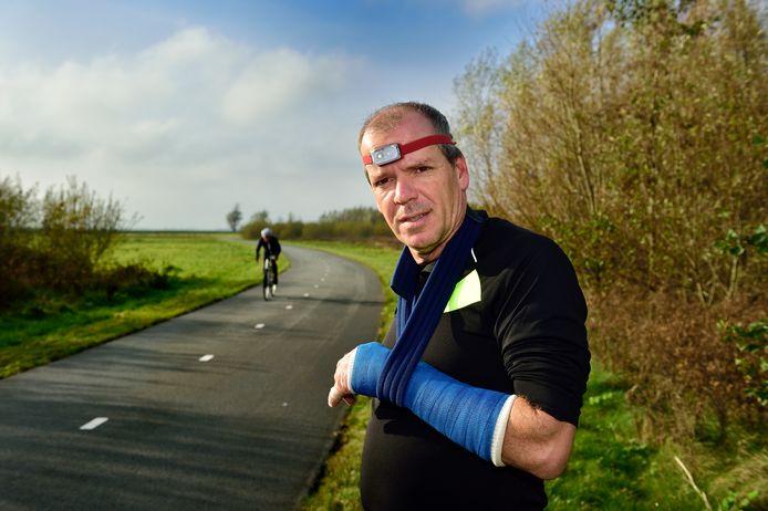 De Alphense wethouder Gert-Jan Schotanus raakte gewond nadat hij tijdens het hardlopen werd aangereden door een fietser. Hij heeft onder meer een dubbele polsbreuk.