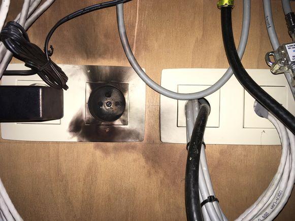 Enkele stopcontacten in het huis zijn volledig zwartgeblakerd.