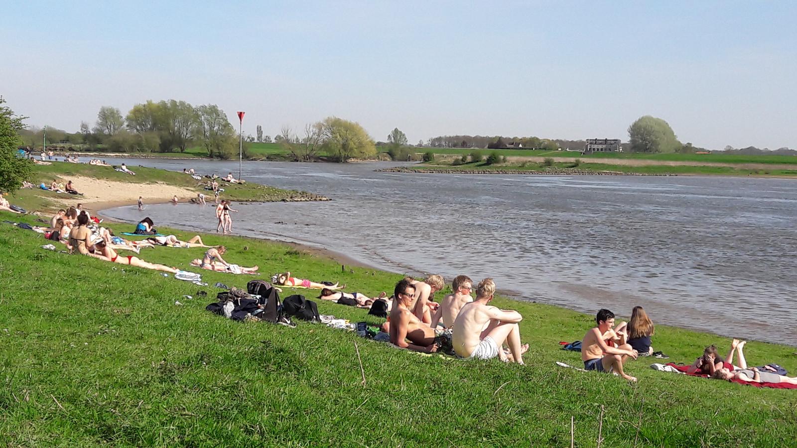 Lekker genieten van het mooie weer aan de boorden van de Rijn bij Wageningen. Als het aan Mooi Wageningen en zeven watersportverenigingen ligt komt er geen recreatieplas dichter bij de stad.