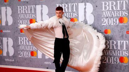 IN BEELD. De meest opvallende looks op de rode loper van de Brit Awards