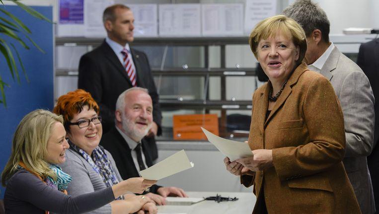 Bondskanselier Angela Merkel (rechts) brengt haar stem uit. Beeld getty