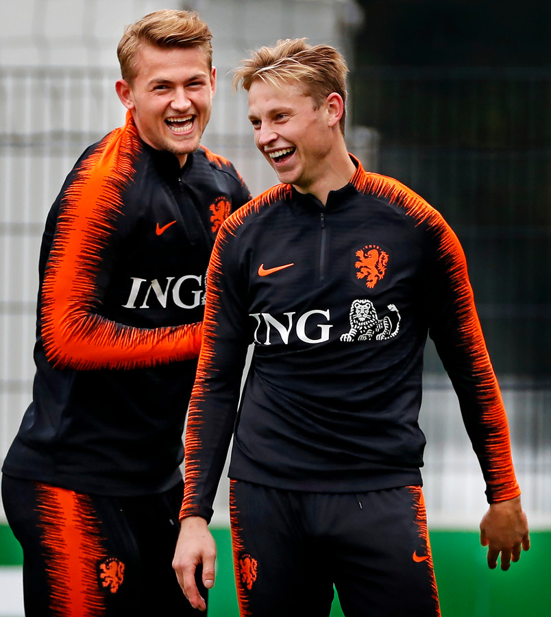 Matthijs de Ligt en Frenkie de Jong op de training bij Oranje.