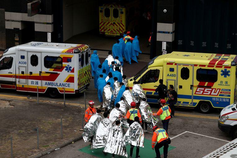 Vrijgekomen demonstranten krijgen medische hulp.