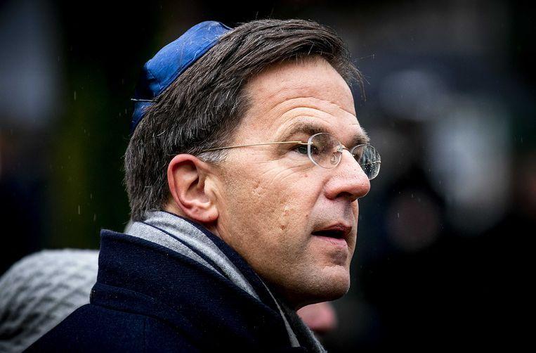 Premier Mark Rutte loopt mee in de stoet richting het Spiegelmonument Nooit meer Auschwitz tijdens de Nationale Holocaust Herdenking. Beeld Remko de Waal / ANP