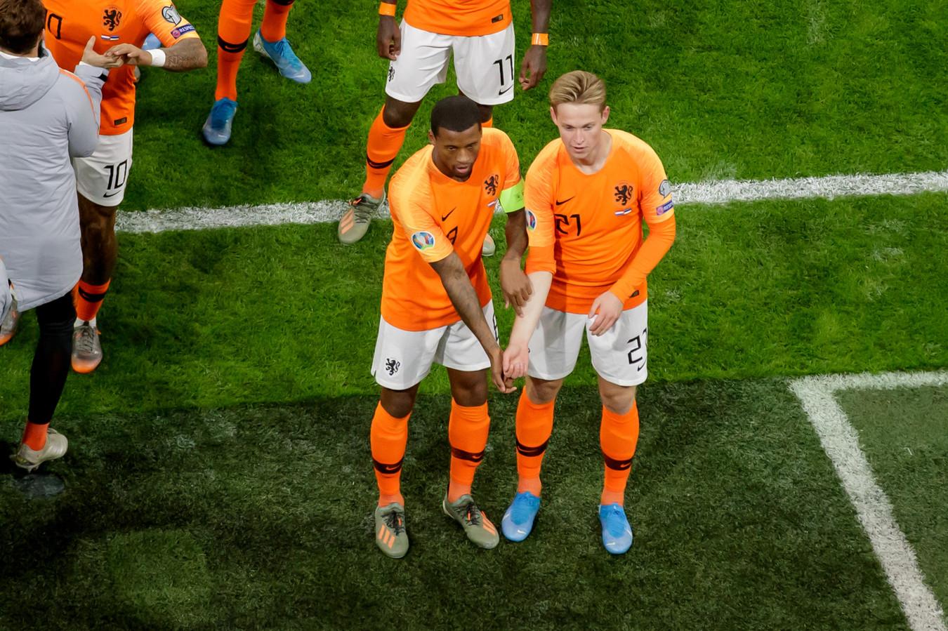 Georginio Wijnaldum en Frenkie de Jong ontbloten hun onderarmen na de 1-0.