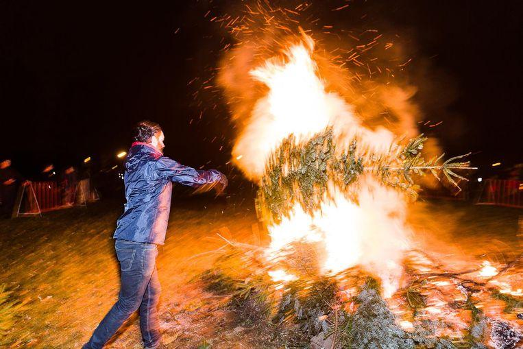 Nog een kerstboom, het vuur brandt vijf uur.