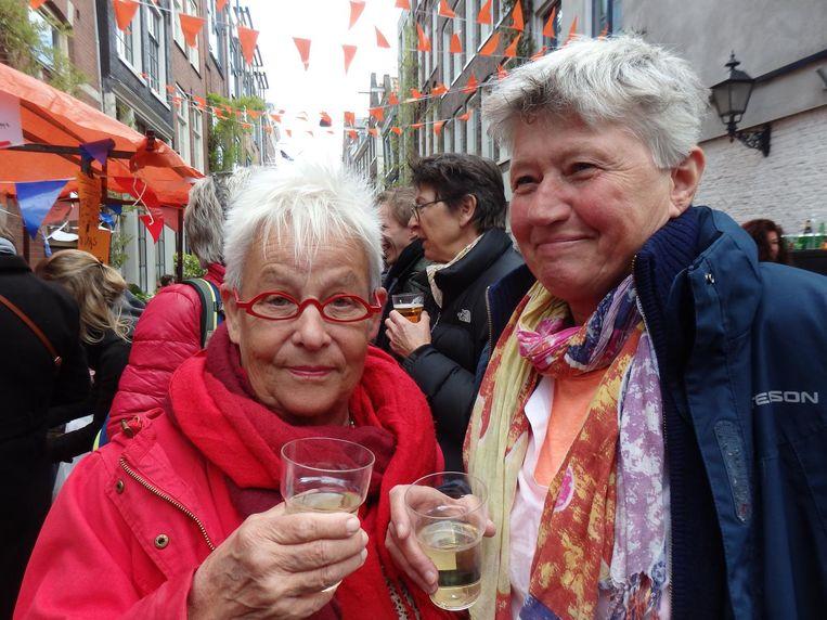 Marijke Kooi en A. Goekoop staan voor de tweede keer in Schuim. De vorige keer was bij de borrel van Roze Stadsdorp Amsterdam Beeld Schuim