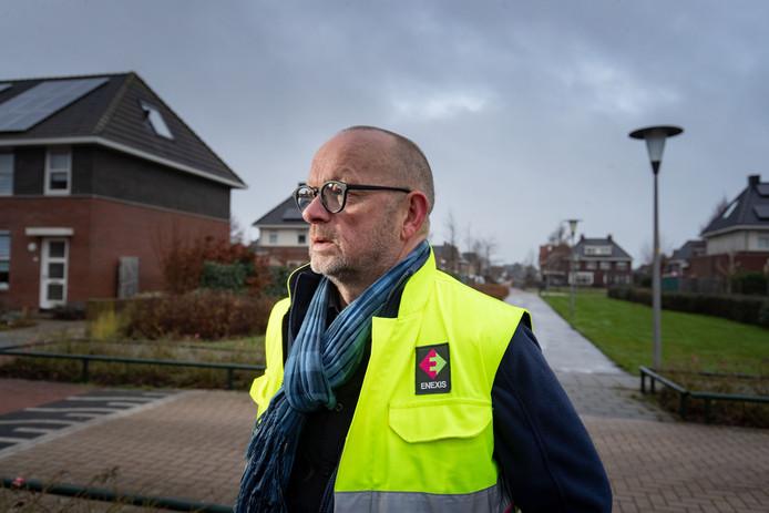 Jans Pepping van Enexis tijdens controles in IJsselmuiden.
