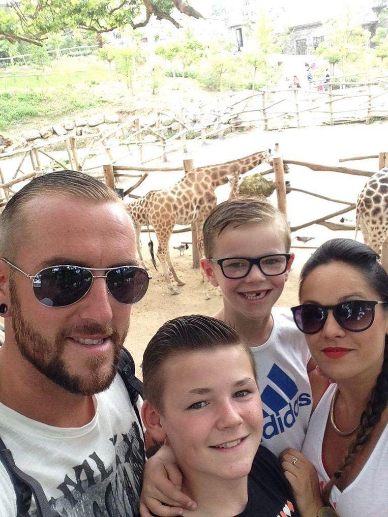 Jo Tondeur en twee van zijn zonen. Rechts zijn nieuwe vriendin Chloé, waar hij sinds enkele maanden een derde zoon mee heeft.