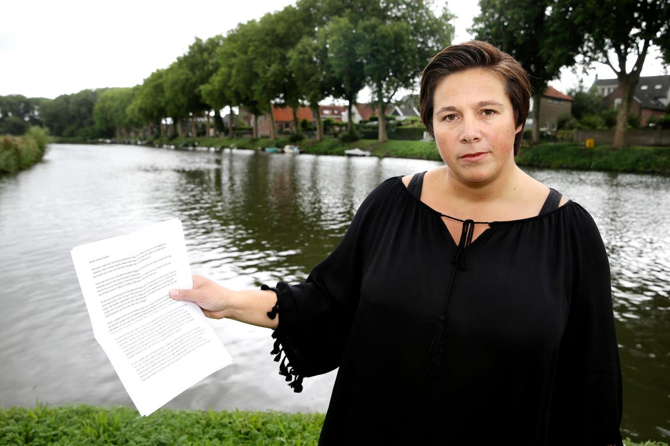 """Geralda den Ouden (37) maakt zich zorgen over het personeelstekort in de zorg. ,,Hoe moeten we dit in vredesnaam oplossen?"""" vraagt ze zich af, met de brief in haar hand."""