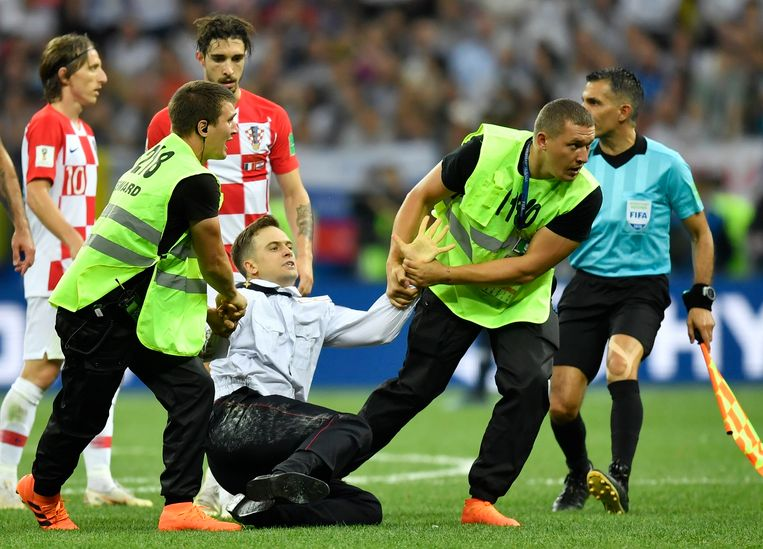 Pjotr Verzilov verstoorde in juli tijdens de WK-finale in Moskou samen met twee andere Pussy Riot-activisten kort de wedstrijd. Beeld AP