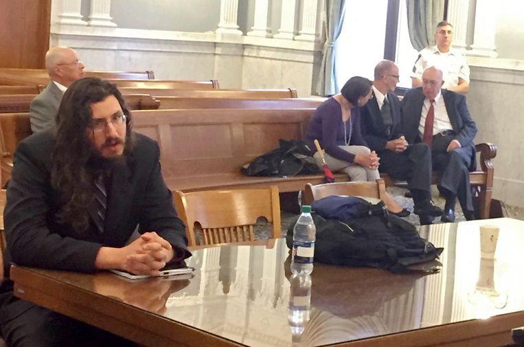 Michael Rotondo (L) en zijn ouders Mark and Christina met hun advocaat (R). De zoon begrijpt niet waarom hij geen zes maanden de tijd krijgt om iets anders te zoeken.