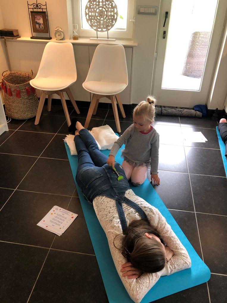 Tijdens de workshops van Ann krijgt ook mama een massage van dochterlief.