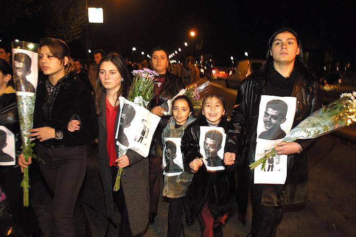 In Dordrecht werd een stille tocht gehouden voor de doodgeschoten 16-jarige Ismaël Yilmaz, die de fatale avond bij zijn vriendinnetje op bezoek was.