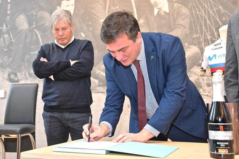 Burgemeester Declercq ondertekende de samenwerking.