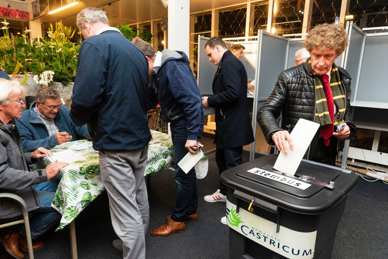 De eerste kiezers brengen op NS-station Castricum hun stem uit voor de Europese Parlementsverkiezingen. Het stembureau is om middernacht open gegaan.  Beeld ANP